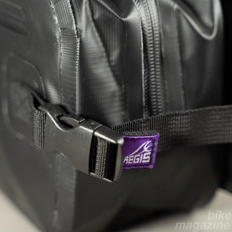 イージス防水ショルダーバッグ 横ロゴ